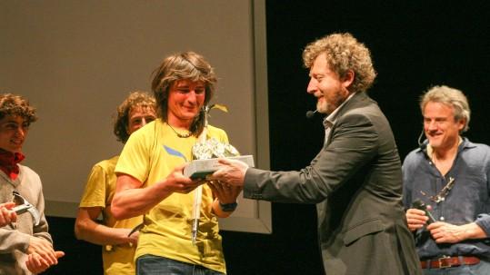 Simon Gietl riceve il Grignetta d'Oro 2016 da Alberto Pirovano